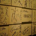 お好み焼 ひろ - 壁のサイン色紙