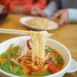 久留米ラーメン清陽軒 - 麺は平打ち麺