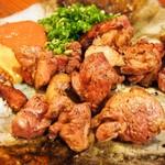 難波 炭焼笑店 陽 - 大和肉鶏のもも炙り焼き