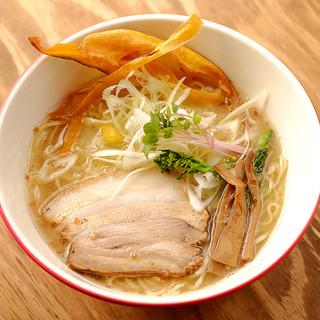 コラーゲンたっぷり、鶏ベースのスープ