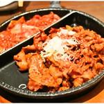 さんぱ家 - 練炭焼きコチュジャンプルコギ 780円 と グリル焼きサムギョプサル 780円 こいつを野菜とニンニクと青唐辛子で食べるのです!