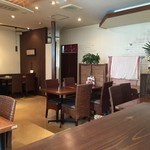 チャイニーズ厨房 華茶花茶 - テーブル席並ぶ清潔感のある店内です。