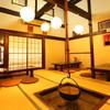 味亭 - 内観写真:1階座敷席。天井は吹き抜けになっており、柱が交錯する古民家の雰囲気が満点です。