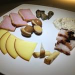 Wine酒場 タスク - 料理写真:燻製5点盛り1000円