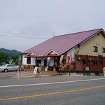 味乃家 魚野川 - 17号線沿いの北堀之内駅の近くにあるお店です。手前に石釜と薪があるのがわかります。