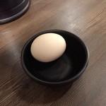 らあめん 広 - 汁なしタンタン麺に付いてくる温泉卵