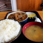永井食堂 - 定番のもつ煮定食590円