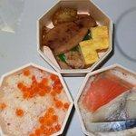 吉田屋 - これが中身です。 ご飯物が2つとおかずが1つの3つになっています。