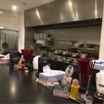 ラーメンZikon - カウンターから〜(´∀.`)ノ厨房方面を…