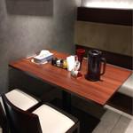 ラーメンZikon - テーブル席ヽ(*^ω.^*)ノ