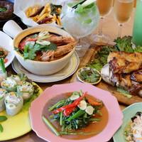 本場タイの味のお食事と、ラインナップ豊かなドリンクメニュー。