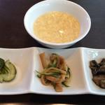 四川料理 天華 - ランチについてくる前菜とたまごスープ