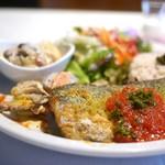 マザーエスタ - 鯖の香草焼き、キノコとポテトのチーズグラタン、根菜サラダ、14穀米