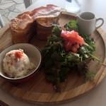 サザンビーチカフェ - モーニング フレンチスタイルサンドイッチメープルベーコン&ツナチェダー
