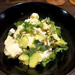 唐辛子バル チレデルナ - 豆腐とアボカドのサラダ(¥756)。コクのあるナンプラーの塩気で、酒が進む♪