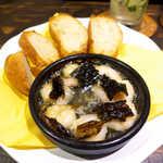 唐辛子バル チレデルナ - エビとチレ・パシージャ(¥648)、バゲット(¥216)。昆布みたいなのは乾燥唐辛子
