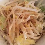 菜良 - 無料トッピングの野菜は別の器で来ました!マシマシのお客さんは 丼で来てました!笑