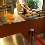 りくろーおじさんの店 - 1610 りくろーおじさんのお店 焼きたてチーズケーキ@675円 店員さんが移しかえる時もプリンプリン