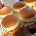 りくろーおじさんの店 - 1610 りくろーおじさんのお店 焼きたてチーズケーキ@675円 目の前でおじさんの焼き印を!
