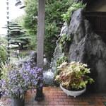 八勝亭オリエント  - その他写真:入口脇の庭。ちと造りが古いが和風。