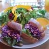 ユカフェ - 料理写真:特製ジャークチキンと紫キャベツ、パプリカ、コーンのサンドイッチ(ドリンク付で税込1235円)は案外ボリュームあり。