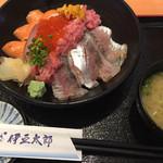 57183951 - (2016.10)寿司屋の海鮮のっけ丼 2,200円(税込)