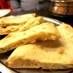 アロマズ オブ インディア - チーズナン