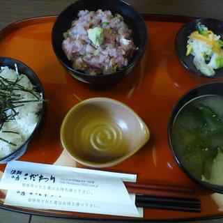 漁師の店 こだわり - 料理写真:鰤のたたき丼(1000円)
