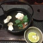 松濤館 - 土瓶蒸し 海老真丈、白身魚、松茸、三つ葉、酢橘