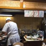 中華徳大 - 厨房と親父さんの背中