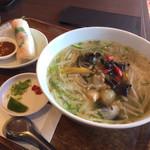 Nha Viet Nam - 本日のフォーと生春巻きランチ     野菜と若鶏のあんかけフォー