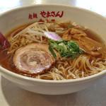 寺子屋やまさん - 料理写真:正油ラーメン600円(斜)