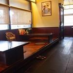 大砲ラーメン - カウンター、小上がり・テーブル