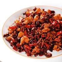 辣子鶏(ラーズージー)は多量の四川唐辛子や花椒などを揚げた鶏肉に炒め絡めた料理です