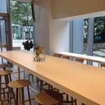 ブルーボトルコーヒー - 窓が大きく明るい店内