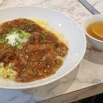 雁川 - 程なくしてスープを携えた牛すじチャーハン大盛が着丼! 思っていたよりもデカくてビックリしました。