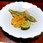 神楽坂 石かわ - 甘鯛、伏見とうがらし、もろこしの揚げ物