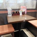 麺場 田所商店 - テーブル席の様子