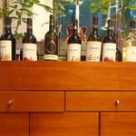 Zen Cafe Marina - いろいろなワイン(楽器のラベル)