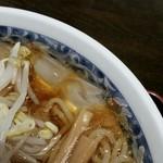 栄屋本店 - スープに氷が浮いています