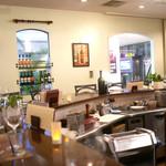 エッセンツァ - 店内オープンキッチンを囲むようにカウンター席がメイン