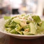 エッセンツァ - ゴルゴンゾーラチーズと胡桃、季節のフルーツのシーザーサラダ