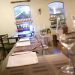エッセンツァ - 店内カウンター席 4人掛けのテーブル席も2席あり。