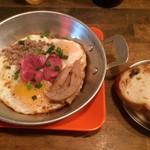 ハンサム食堂 - ガイガタ・豚腸詰め・豚蒲鉾・豚そぼろ乗せタイ版ハムエッグ・450円