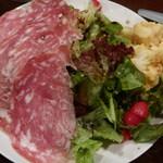 57852250 - ソプレッサータ サラミえお乗せた豪華なサラダ(小)