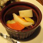ピギーキャットダイナー - 日替りバーガー:りんごジャムとゴルゴンゾーラ・チーズのバーガー、自家製ピクルス3