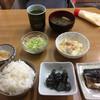 和食堂 まるさ - 料理写真:朝定食¥400、鯖、なすびの煮物、高野豆腐と鶏肉を卵で和えた煮物、サラダ、味噌汁、漬け物、大盛りご飯、お茶