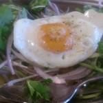 インド定食ターリー屋 - ・パクチーライスキーマ定食 イエローライスの上に野菜と目玉焼き