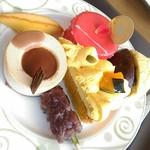 レストラン ヴィーニュ - 料理写真:【2016/10】紅茶とキャラメルケーキ、リンゴのケーキ、かぼちゃタルトリピ。よもぎのお団子、かりんとう饅頭(さつまいも)、黄身しぐれ、マドレーヌ