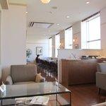ラ・メゾン・デピス・サロン・ド・テ - 明るい窓側にテーブル席とソファー席が並びます
